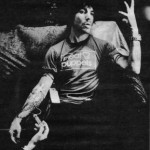 kiedis-bw-sofa-injection
