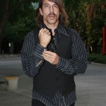 kiedis-doing-up-cuff