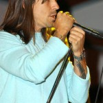 kiedis-live-blue-t-yellow-knuckles