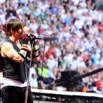 kiedis-singing-crowd
