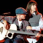 Kiedis-flea-guitar-pose