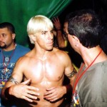 anthony-kiedis-topless-chatting