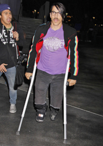 Anthony Kiedis foot injury on crutches Lakers game