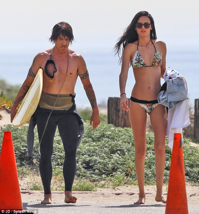 beach-anthony-kiedis-wanessa-milhomem-1