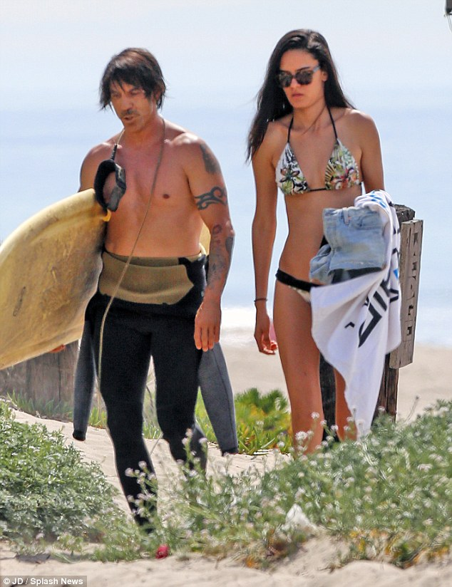 beach-anthony-kiedis-wanessa-milhomem-3