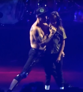 anthony-kiedis-everly-bear-performing-dreams-of-a-samurai-turin-2016